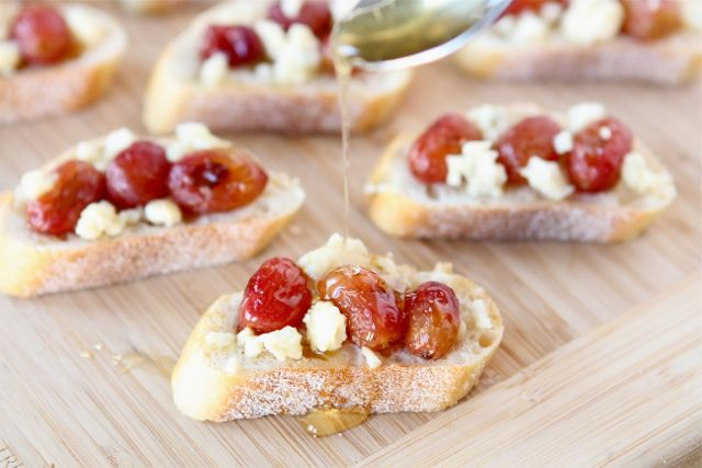 roasted-grapes-blue-cheese-crostini2