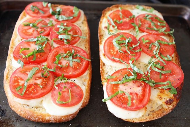 Caprese Garlic Bread Recipe The perfect garlic bread for summer!