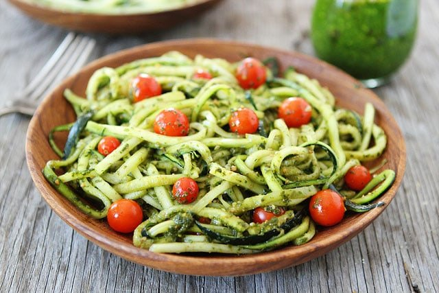 Zucchini noodles with pesto two peas their pod - Comment cuisiner courgette spaghetti ...