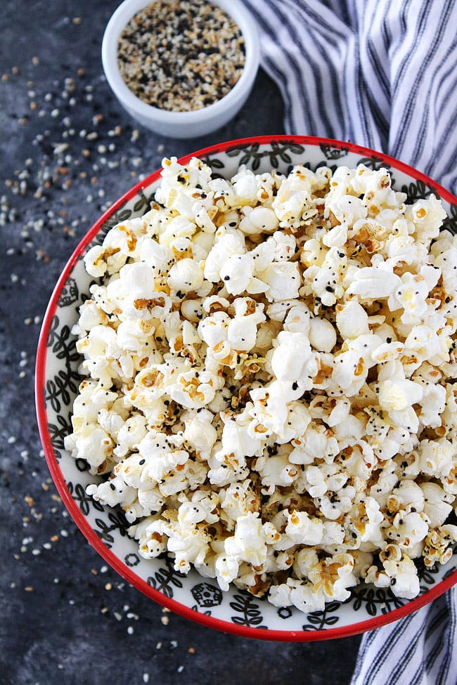 Everything Bagel Popcorn-hot, buttery popcorn topped with everything bagel season! This easy popcorn snack is perfect for movie night, game day, or every day snacking! #popcorn #glutenfree