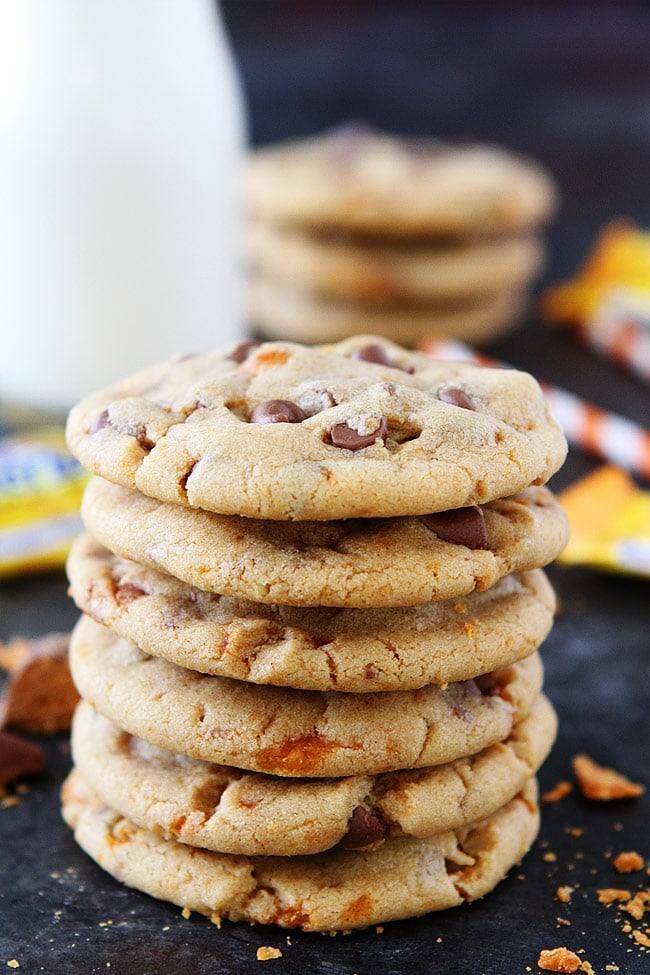 Peanut Butter Butterfinger Cookies-soft peanut butter cookies with Butterfinger candy bars and milk chocolate chips!