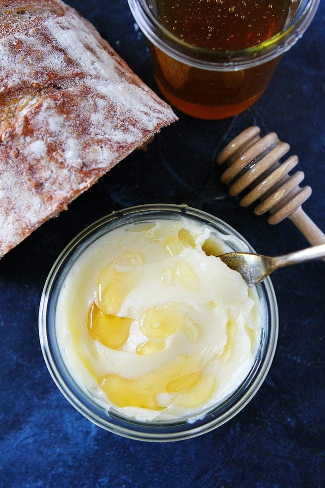 Honey Butter-you only need two ingredients and five minutes to make this light and fluffy homemade honey butter! #butter #honey #honeybutter